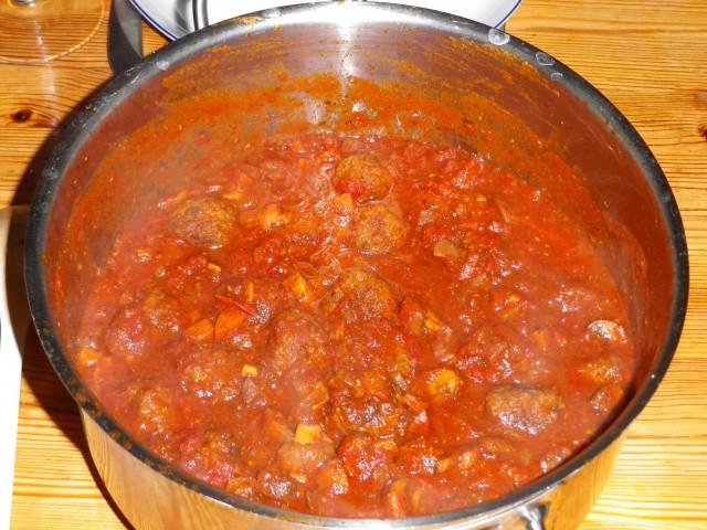 Spaghetti-og-kødboller-kødbollerne-simrer-i-tomatsaucen