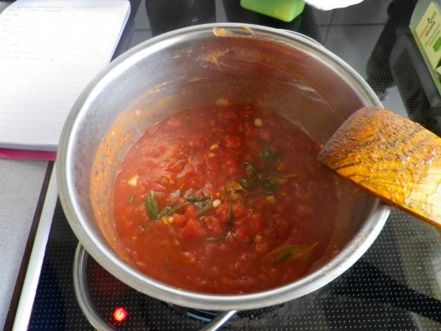 spanske kødboller -saucen simrer