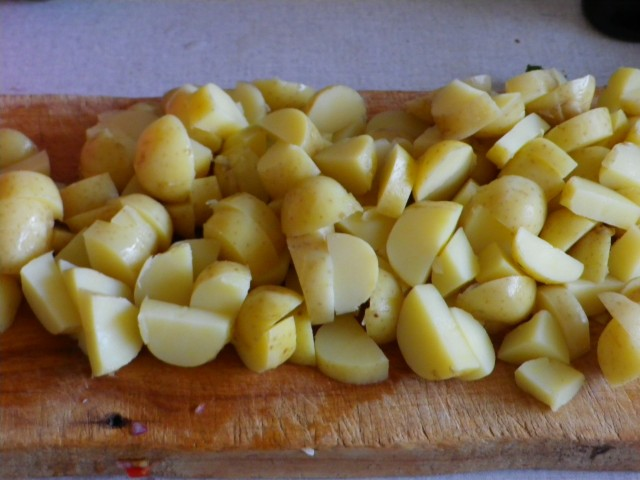 fyldig kartoffelsalat - kartofler i tern