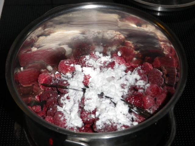 lagkage -hindbærmousse - bær koges