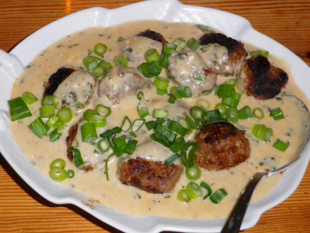 lammedeller i yoghurtsauce - pyntet og serveret