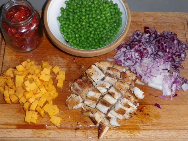 Pastasalat med kylling og ost tilberedning